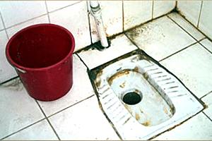 Toilette à la turc poubelle